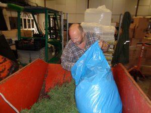 Chauffeur Toon hielp mee met tijm verzamelen in de zakken