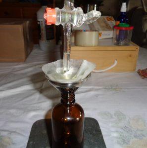 afvullen en tegelijkertijd filtreren van de sinaasappeltijmolie