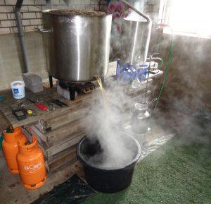 aftappen van de ketel na het lavendel destilleren